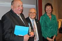 Mezi letošními laureáty ceny Stavitel mostů je také Josef Gillitzer z Pleysteinu (na snímku vclevo při přebírání ceny), ředitel tamní školy a předseda turistického spolku, mimo jiné iniciátor partnerství základních škol v Pleysteinu a Boru.
