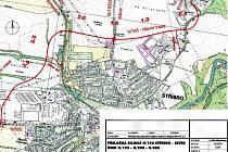 SILNIČNÍ OBCHVAT STŘÍBRA by podle plánu měl být umístěn severně od města (červená linie). Na jeho stavbu však Plzeňský kraj nesehnal dostatek finančních prostředků.