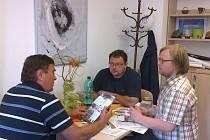 MILAN ÁBEL, PAVEL FILIPČÍK A JAN FLORIAN se sešli v Plané, aby zjistili možnosti spolupráce informačních center na Tachovsku s Národním parkem GeoLoci.