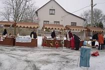 VE VÍCHOVĚ si mohl návštěvník koupit například kapra, nebo vánoční stromeček. Nechyběl samozřejmě svařák.