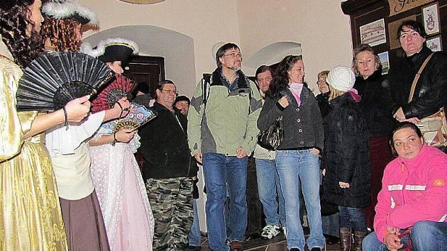V zámku byli šermýři i tanečnice