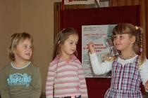 Před rodiče a seniory předstoupily i dívky z místní mateřinky, které  zazpívaly, zahrály na flétnu a odříkaly několik říkanek. Zleva Maruška Cimpriková, Natálka Gajdošová a Anička Karásková