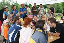 Účastníci zahájení sezony na Havranu si mohli posedět pod stanem, občerstvit se a zazpívat si.