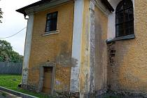 Kostel prochází už třetím rokem postupnou rekonstrukcí. Letos se dočká výměny vstupních dveří.