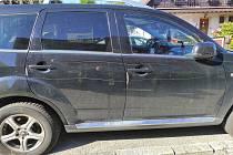 Neznámý vandal poškrábal čtyři auta.