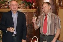 Předseda Baníku Stříbro Jan Hora (vpravo) a tajemník František Hurtl připíjejí při slavnostním převzetí rekonstruované tribuny a dalšího zázemí stříbrského sportovního stadionu.