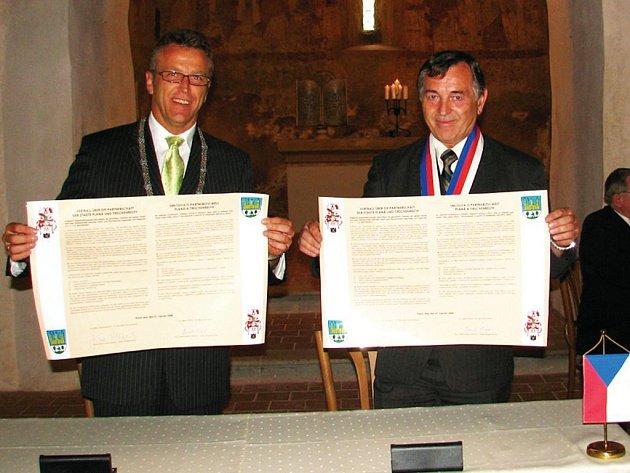 Starostové obcí Tirschenreuth a Planá Franz Stahl a Karel Vrzala po podpisu smlouvy.