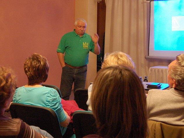 Jan Prášek(na snímku) promítal ve Studánce filmy, které natočil při Staročeských Konopických.