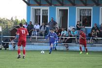 Diváci v Kostelci se mohou těšit, že v neděli v utkání domácího týmu (na snímku hráč v modrém dresu) proti Sokolu Stráž uvidí v akci mezinárodního rozhodčího Aurela Ardeleánu.
