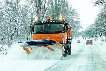 NEKONEČNÝ BOJ. Po čtyřiadvacet hodin denně jsou silničáři v terénu a odklízejí sněhové závěje, které se tvoří na komunikacích celého okresu.