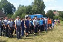 NÁSTUP SOUTĚŽÍCÍCH DRUŽSTEV v úvodu hasičské soutěže v Labuti.