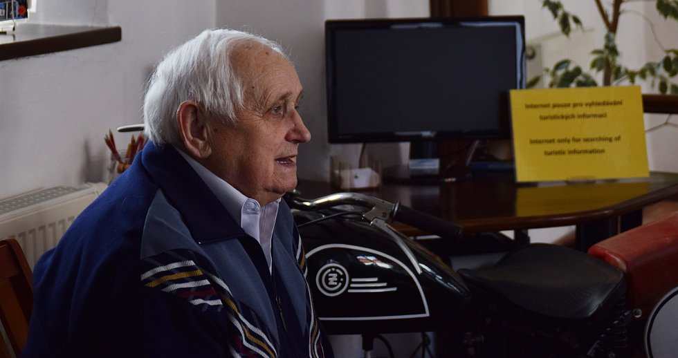 Legenda českého motokrosu Miloslav Souček usedl na stroj, se kterým začínal před více než sedmdesáti lety soutěžit a vzpomínal na svá vítězství i začátky motokrosového jezdce.