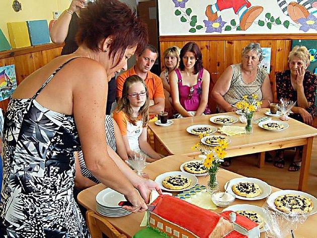 Ředitelka školky Jana Bartošová (na snímku) nakrojila dort v podobě lomské mateřinky