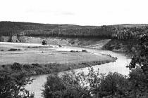 STOUPAJÍCÍ HLADINA Hracholuské přehrady u Těchoděl. Říční údolí zaniklo, na snímku je patrný vykácený les do výše pozdější hladiny přehrady. Snímek z let 1963 – 1964.