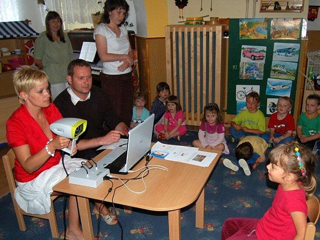 Také Honzík Vladař se podrobil očnímu vyšetření, které provedli Petra Špíglová a Robert Plachý z Občanského sdružení Prima Vizus (všichni na snímku)