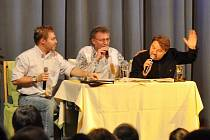 Dvojice Těžkej Pokondr a moderátor Václav Kosík (uprostřed) při vystoupení v Tachově.