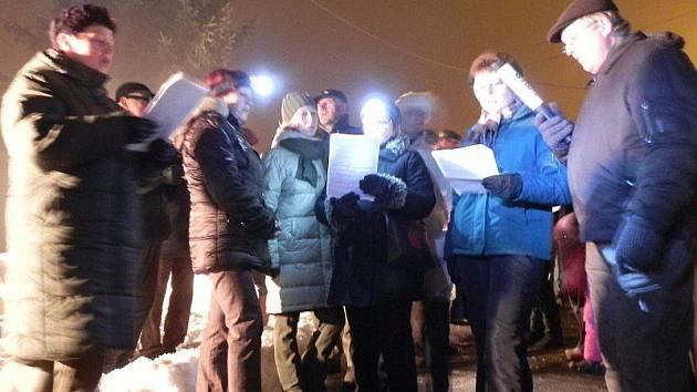 Obyvatelé Sulislavi si zazpívali koledy na návsi u vánočního stromku.