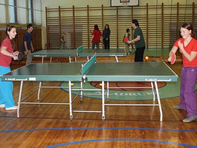 Kaldrubské děti si mohly zařádit o prázdninách ve školní tělocvičně. Hrály florbal, ping pong, lezly na stěnu a pořádně si zasportovaly.
