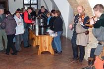 Na stříbrské radnici se sešli lidé u tradičního punče se středověkou hudbou.