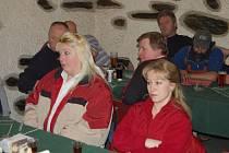 Jednání s představiteli města Bor se v pátek v Bezděkově zúčastnila většina těch obyvatel, kteří podepsali petici s důvody, proč chce osada spadat pod Kočov