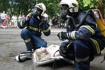 UKÁZKY ZÁSAHŮ PRO VEŘEJNOST A CVIČENÍ. Také to je činnost Sboru dobrovolných hasičů v Chodové Plané. Snímek zachycuje dobrovolníky při zásahu v chodovoplánském zámku. Hořelo a byly popáleny a zraněny osoby. Vše jen na oko, cvičně pro diváky.