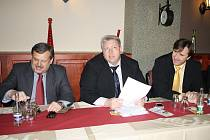 S OBČANY DISKUTOVALI (zleva) poslanec Václav Votava, hejtman Milan Chovanec a radní Ivo Grüner