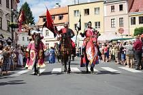Druhý den Husitských slavností nabídl největší taháky, mezi které se rozhodně zařadil tradiční kostýmový průvod, bitva pod vrchem Vysoká, nebo vystoupení Adama Mišíka.