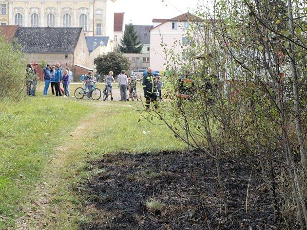 V Plané někdo zapálil trávu. Požár zlikvidovali zdejší hasiči za pár minut.