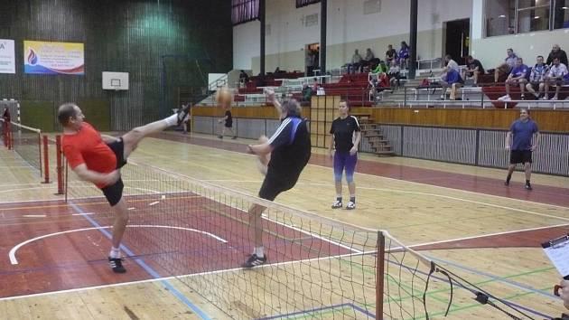 Z nohejbalového turnaje v tachovské sportovní hale.