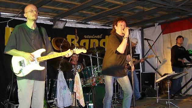 Známá kapela Extra Band zavítala do Stříbra na letní parket U Jevčáků.