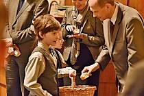 Na snímku Natálka Bronecová a Ondřej Tolar rozdávají buchty.