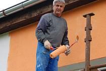 Starosta Aurel Ardeleanu maluje fasádu školky