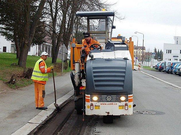 OPRAVY MĚSTSKÝCH KOMUNIKACÍ zahájili v těchto dnech pracovníci tří firem v Tachově. Takto odstraňovali silničáři část asfaltového povrchu v Hornické ulici.