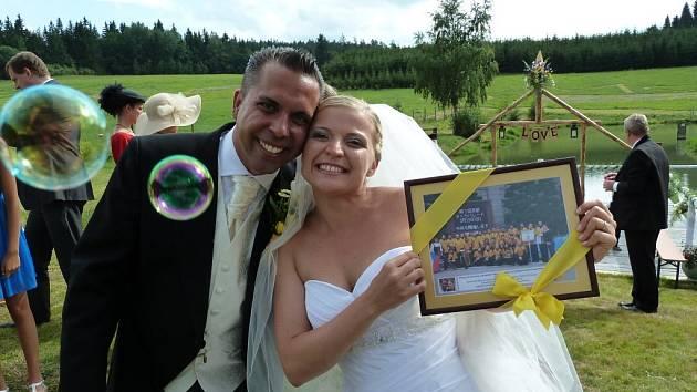 NOVOMANŽELÉ. Bývalá členka Dechového orchestru mladých Tachov Dominika Toušková se o víkendu vdala.