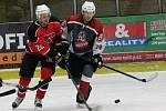 Útočník stříbrských Buldoků Martin Sládek (vlevo) byl jediným úspěšným střelcem svého týmu ve středečním prohraném duelu s plzeňským HC Saxana Group.