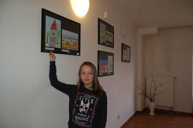 Vítězné obrázky z výtvarné soutěže Planá očima dětí. Na fotografii devítiletá Eliška Juhazsová a dvě další anonymní kamarádky