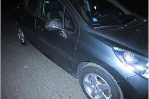 Dva opilí mladíci poničili tři auta.