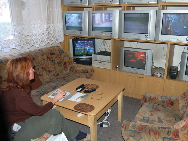 Takto vypadá tachovské centrum, kde vyškolená obsluha sleduje na monitorech situaci a ovládá dálkově kamery.