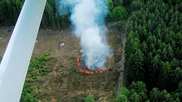 Začínající požár u obce Úlice. Pilot vidí stoupající dým na několik desítek kilometrů.