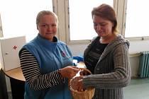 LOSOVÁNÍ KAPIČKY. Tři  lístky se jmény tří dětí vylosovala dobrovolná dárkyně krve Petra Pirožinská (vpravo), košíkové osudí držela ředitelka Oblastního spolku Českého červeného kříže v Tachově Blanka Dobrotová