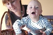Po více než hodině hledání je třeba očistit necelý košík pravých hřibů. Adéle Drtinové s tím pomáhá její dcera Ema.