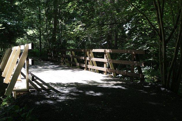 Ornitologa Martina Lišku zastihl Deník u nově zrekonstruovaného mostu přes Kosí potok v Křínově. Se zápisem a měřením mu pomáhají rodiče.