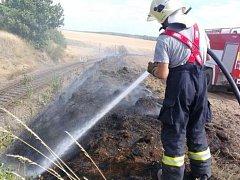 DVAKRÁT v úterý zasahovali hasiči u požárů vyvolaných suchem v okolí Trpíst. Na snímku zásah při požáru meze u železniční trati.