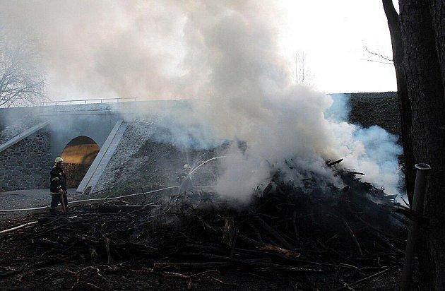 Požár hromady dřeva u Regentu.