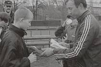 Dobová popiska: Mezi mladšími žáky kraloval Michal Kvasnička ze Slavoje Tachov. Cenu mu předal jeden z organizátorů Jaroslav Kotek.