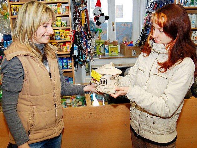 Gabriela Jägerová na snímku zprava přebírá pokladničku od Marie Žilincové