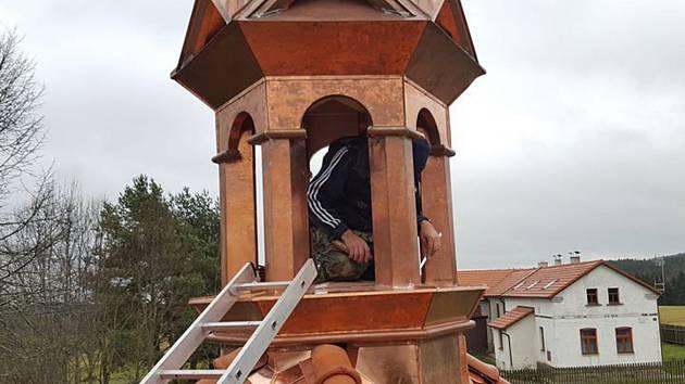 Potínská kaplička už opět zdobí obec.