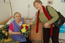 ANNA BINDZAROVÁ (vlevo) přijímá gratulace a květiny od členky tachovského SPOZu Evy Ratzekové.