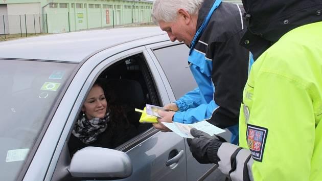 LENKA NOVYSEDLÁKOVÁ měla při kontrole vše v pořádku. Od policistů a zástupce Besipu obdržela pár dárků.