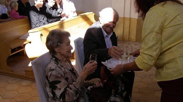 Kamennou svatbu oslavili v sobotu manželé Milada a Karel Alblovi z Beraního Dvora u Kostelce na Tachovsku.